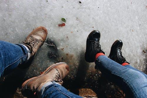 Ilmainen kuvapankkikuva tunnisteilla farkut, jalkineet, kenkäpari, kuva yläkulmasta