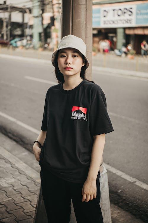 Ilmainen kuvapankkikuva tunnisteilla aasialainen nainen, ämpärihattu, ilme, katsominen