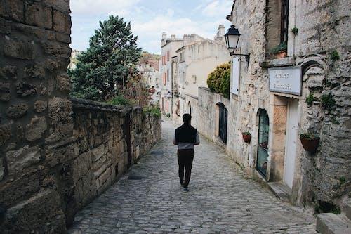 Foto d'estoc gratuïta de a l'aire lliure, arquitectura, caminant, carrer