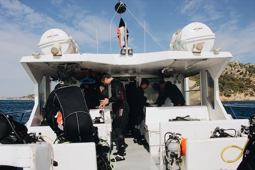 Бесплатное стоковое фото с водный транспорт, группа, дайверы, лодка