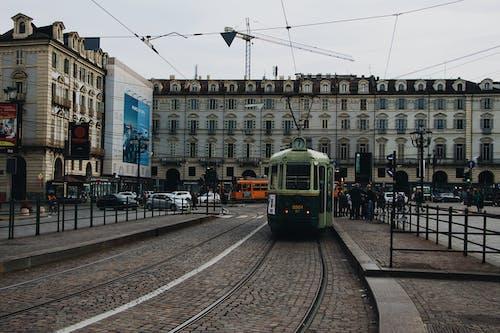 Kostnadsfri bild av byggnader, gata, kollektivtrafik, lokomotiv