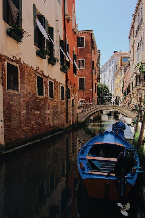 Foto d'estoc gratuïta de arquitectura, atracat, barca, canal