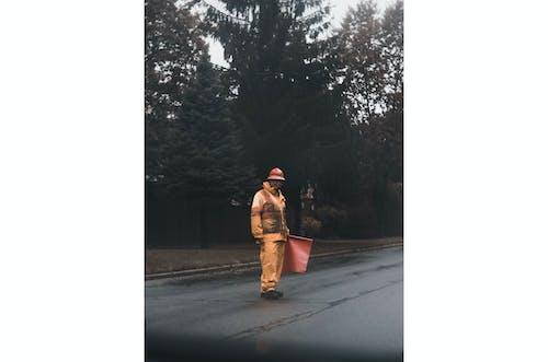Darmowe zdjęcie z galerii z bezpieczeństwo, droga, drzewa, mężczyzna