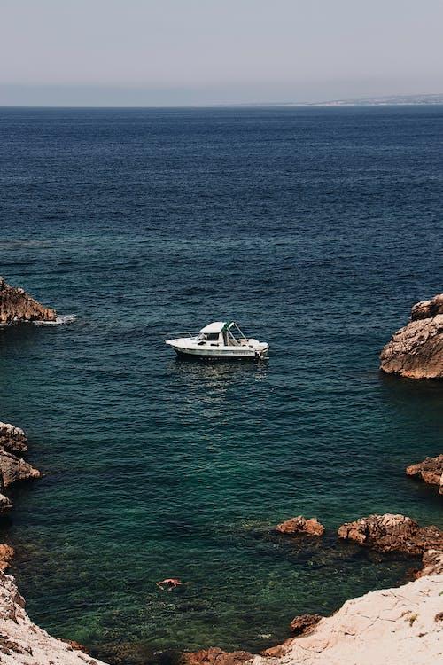 Foto profissional grátis de à beira-mar, ao ar livre, barco, beira-mar