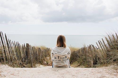 Δωρεάν στοκ φωτογραφιών με γρασίδι, γυναίκα, θηλυκός, καθιστός
