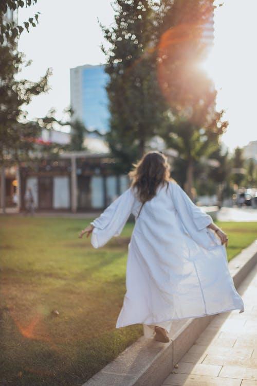 女人穿著白色長袖禮服