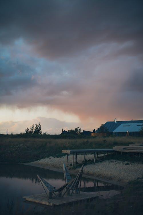 Gratis arkivbilde med bygninger, daggry, dekk, elv