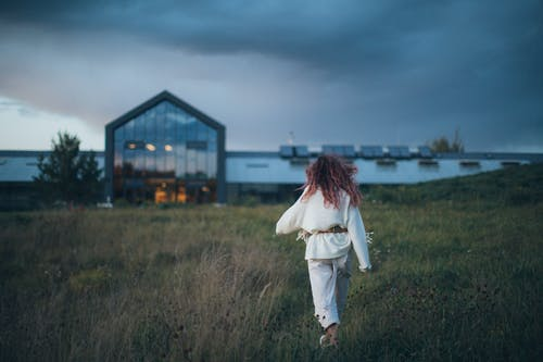 Ingyenes stockfotó fű, gyalogló, mező, nő témában