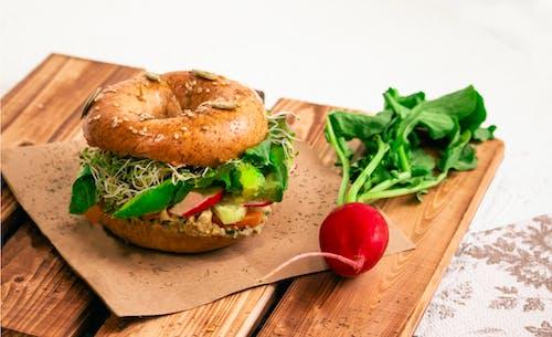 Gratis lagerfoto af bagel, bord, brød, foodstyling
