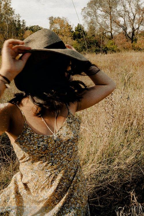 Kostnadsfri bild av dagsljus, gräs, hår, hatt