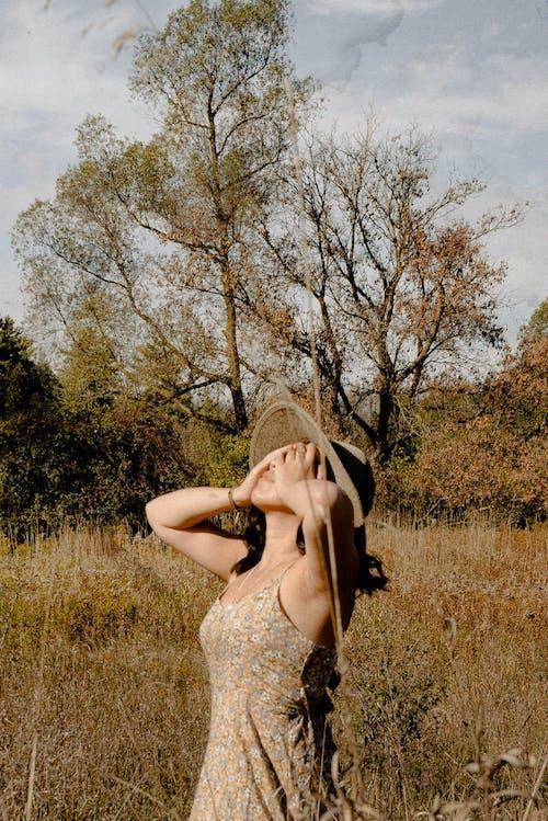 休閒, 太陽帽, 姿勢, 專注 的 免费素材照片