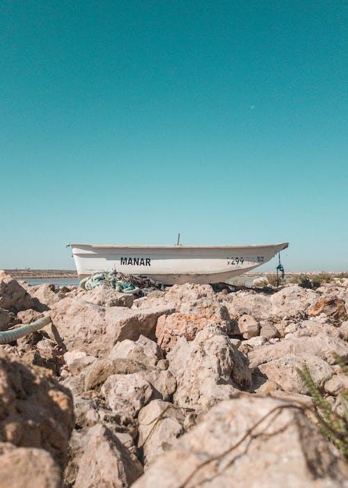 Foto d'estoc gratuïta de barca, embarcació d'aigua, llum del dia, pedres