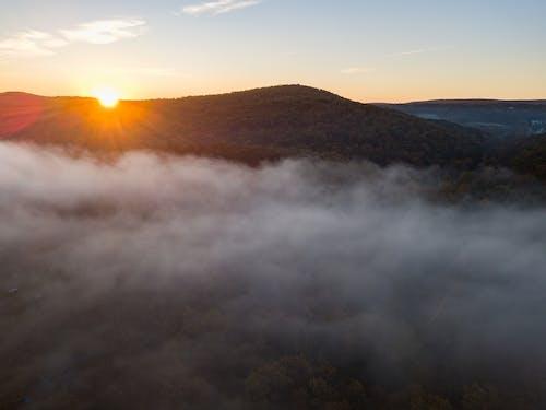 Ilmainen kuvapankkikuva tunnisteilla auringonnousu, sumu, usva, vuori