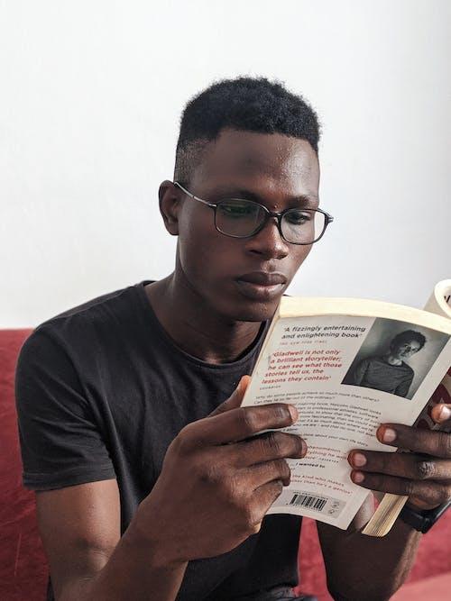 Foto d'estoc gratuïta de home, home de raça negra, informació, lector