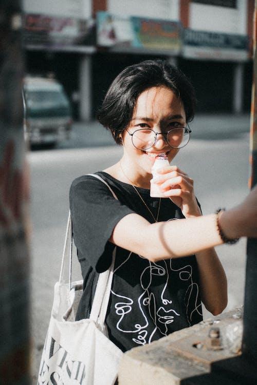 女人, 微笑, 模糊的背景, 看著 的 免费素材照片