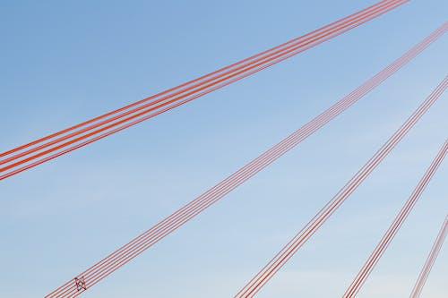 Foto profissional grátis de arquitetura, cordas, espaço, vermelho