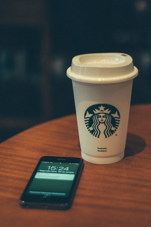 dřevo, iphone, kávový nápoj