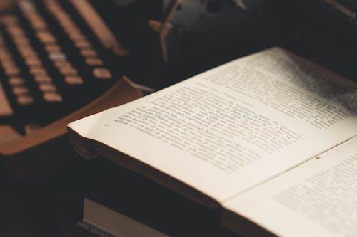Gratis arkivbilde med åpen bok, bok, dybdeskarphet, skrifter
