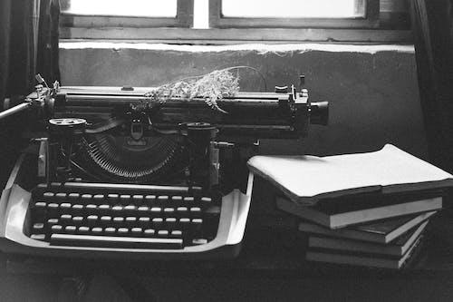 Бесплатное стоковое фото с Антикварный, книги, пишущая машинка, черно-белый