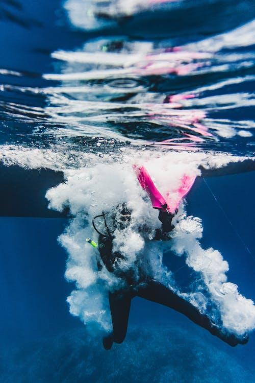Person, Die Im Wasser Taucht