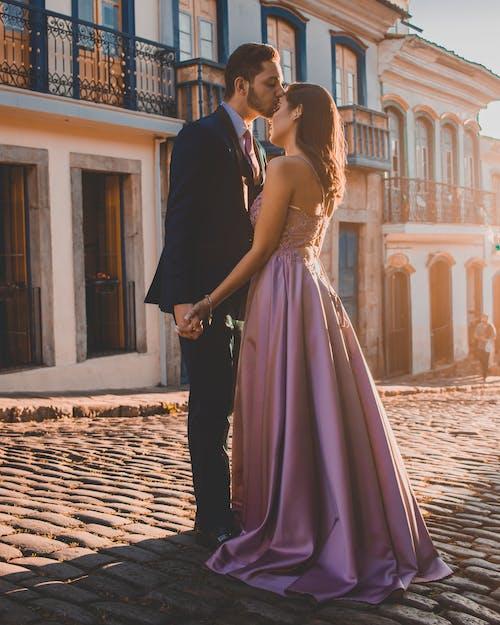 Fotobanka sbezplatnými fotkami na tému bozkávanie, bruneta, byť spolu, dláždená ulica