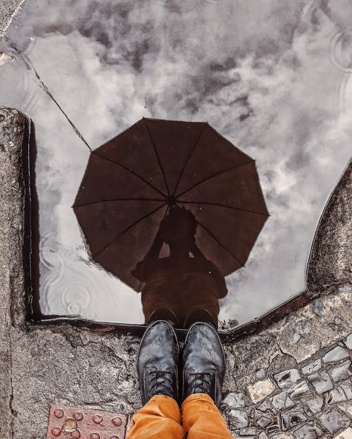 おとこ, 傘, 反射, 立っているの無料の写真素材