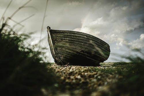 Безкоштовне стокове фото на тему «дерев'яний, пляж, старий, човен»