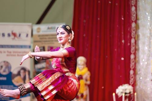 Darmowe zdjęcie z galerii z klasyczna tancerka x świąteczne x kolory