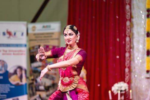 Darmowe zdjęcie z galerii z festiwal w indiach, tancerz indyjski, tańczyć