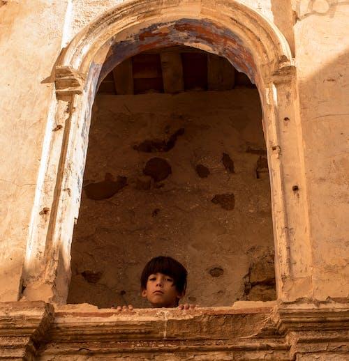 Бесплатное стоковое фото с заброшенный дом, мальчик, печальный