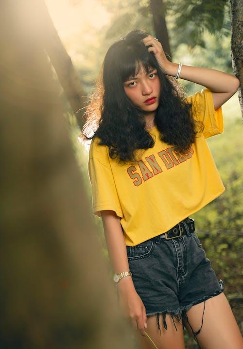 Foto Der Frau, Die Gelbes Hemd Trägt