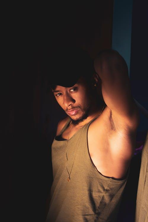 Ilmainen kuvapankkikuva tunnisteilla 20-25-vuotias mies, afrikkalainen mies, huulikiilto, Katse