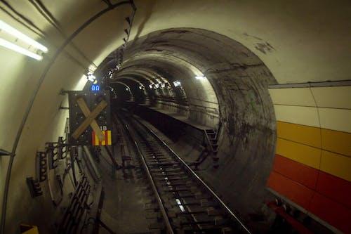 Gratis arkivbilde med jernbane, tunnel, under bakken