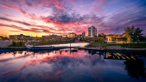 Бесплатное стоковое фото с архитектура, Архитектурное проектирование, берег реки, вечер