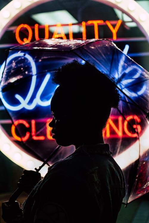 Foto profissional grátis de escuro, guarda-chuva, guarda-sol, holding