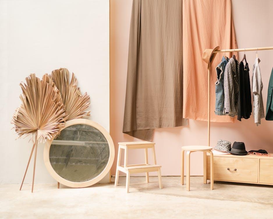 Kleidung Und Spiegel In Einem Raum