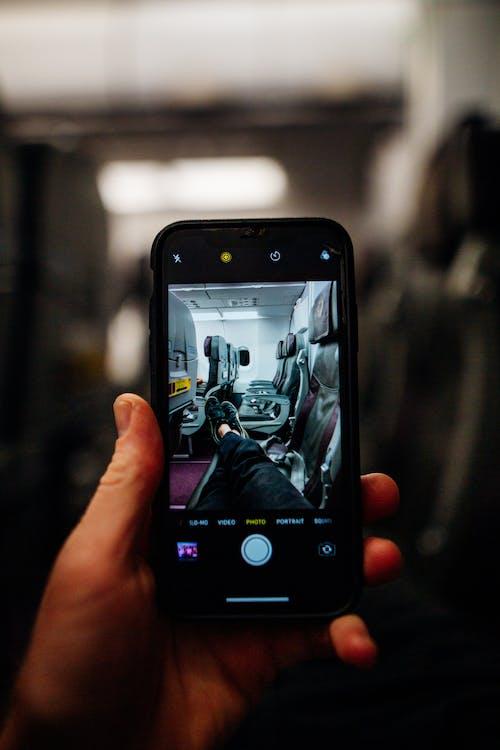 Orang Yang Memegang Smartphone Hitam