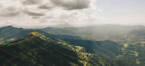 Foto d'estoc gratuïta de amb boira, càlid, ennuvolat, muntanya