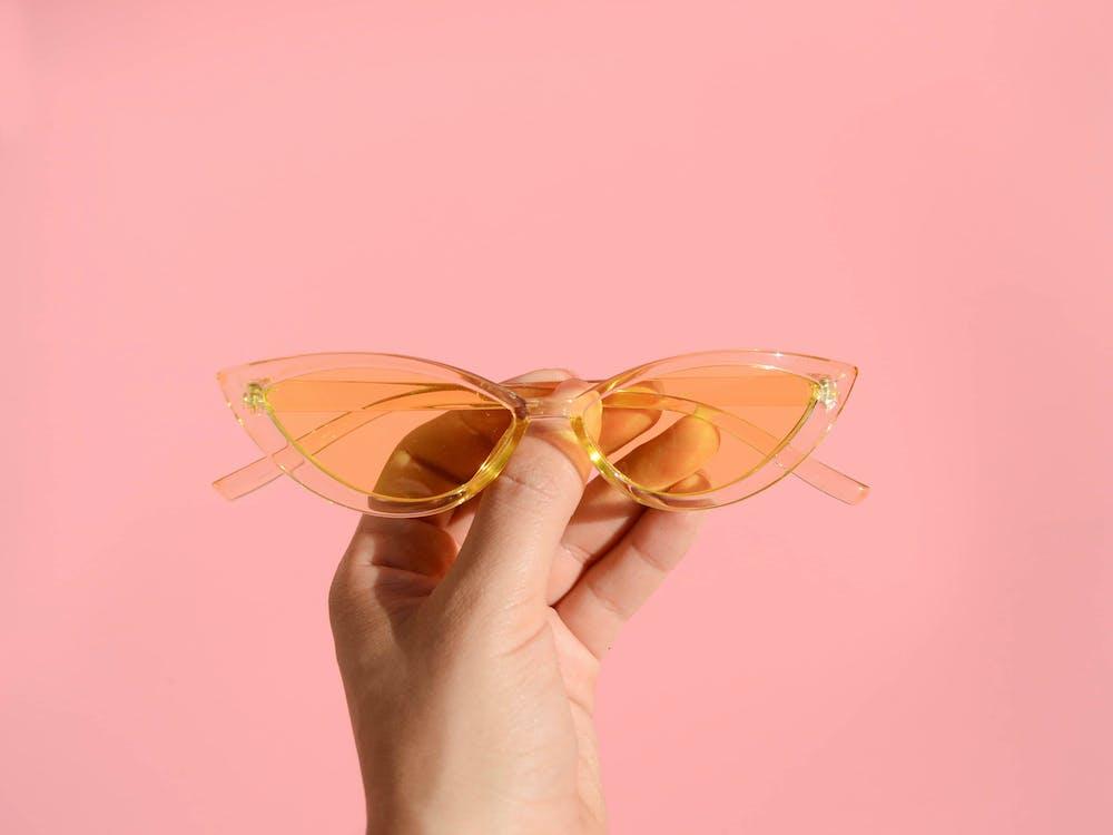 Osoba Trzymająca Pomarańczowe Okulary Przeciwsłoneczne