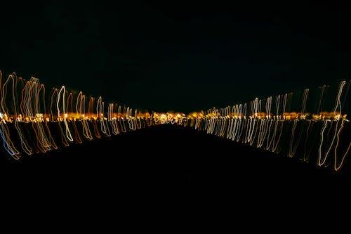 Цветные световые волны, образующие узор