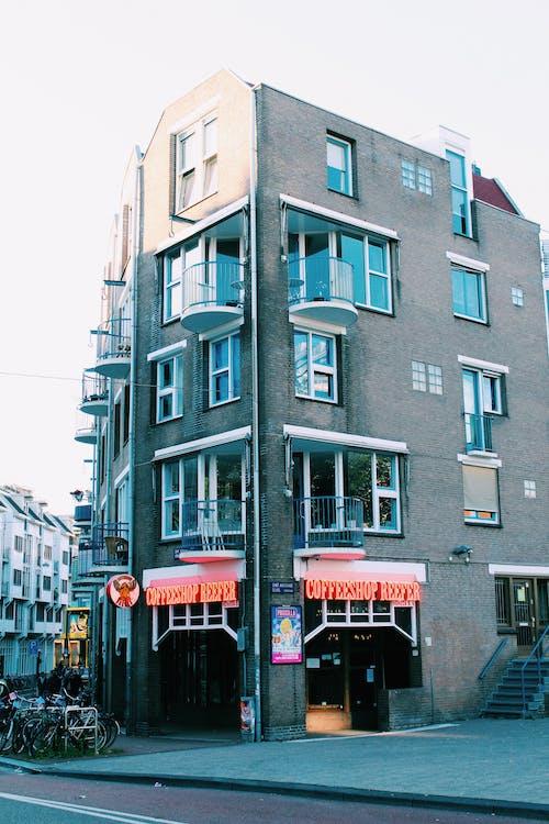 Darmowe zdjęcie z galerii z architektura, balkony, budynki, kawiarnia