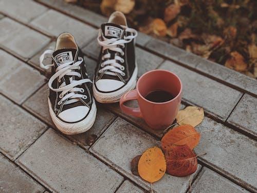 Ilmainen kuvapankkikuva tunnisteilla converse, jalkineet, juoma, kahvi
