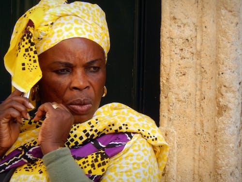 Immagine gratuita di centro città, donna africana, donna anziana, donna nera