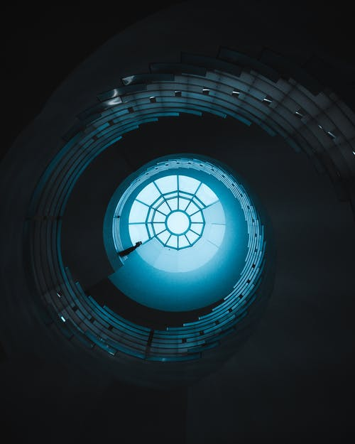 インドア, スパイラル, らせん階段, ローアングルショットの無料の写真素材