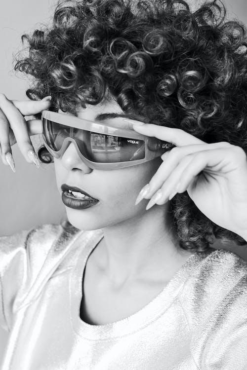 Безкоштовне стокове фото на тему «відтінки, відтінки сірого, волосина, жінка»