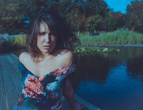 Foto d'estoc gratuïta de bonic, bosc, dones maques, fotografia de carrer