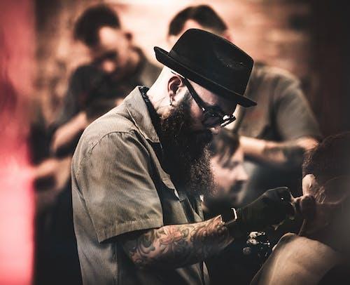 Ilmainen kuvapankkikuva tunnisteilla ahkera, ammatillinen mies, ammattilainen, hattu
