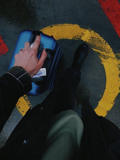 Gratis arkivbilde med bagasje, fortau, gå, hånd