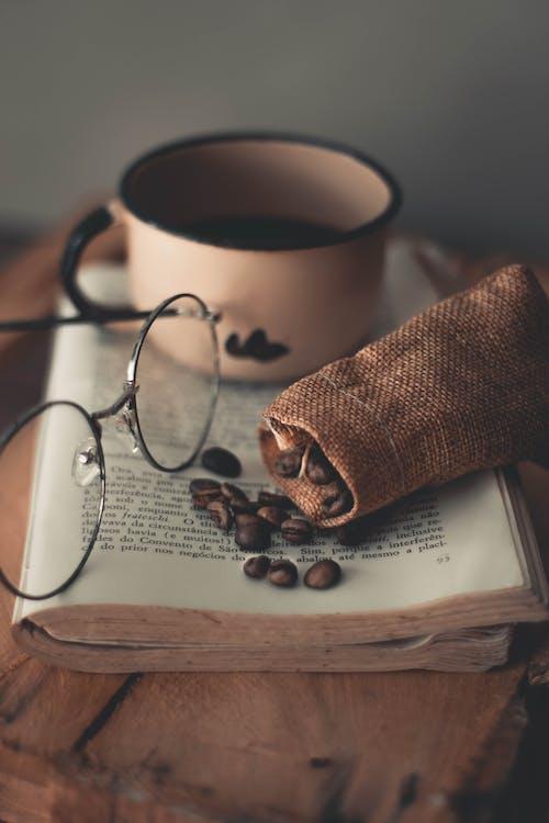Δωρεάν στοκ φωτογραφιών με αναψυκτικό, γυαλιά οράσεως, καφεΐνη, καφές