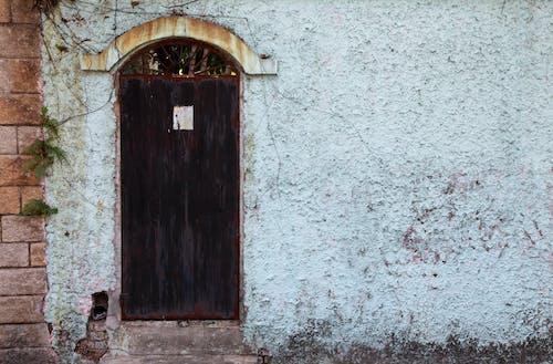 Ilmainen kuvapankkikuva tunnisteilla lähellä, metalli, muuri, ovi